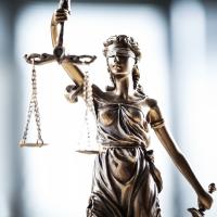 Ein aktuelles Urteil schafft Klarheit zur Freigrenze beim Sachbezug. Es sind 44 Euro Sachbezug inklusive Versand oder ohne Versandkosten.